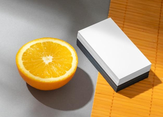 오렌지에 편지지 요소 배치