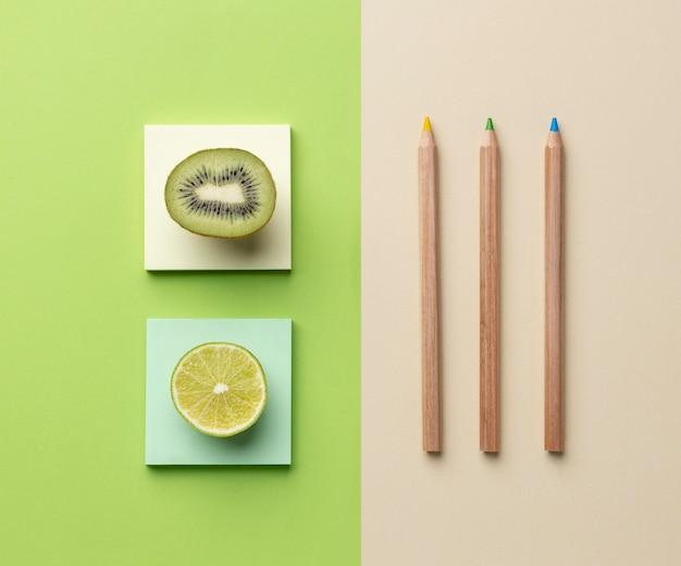Disposizione con elementi di cancelleria e frutta