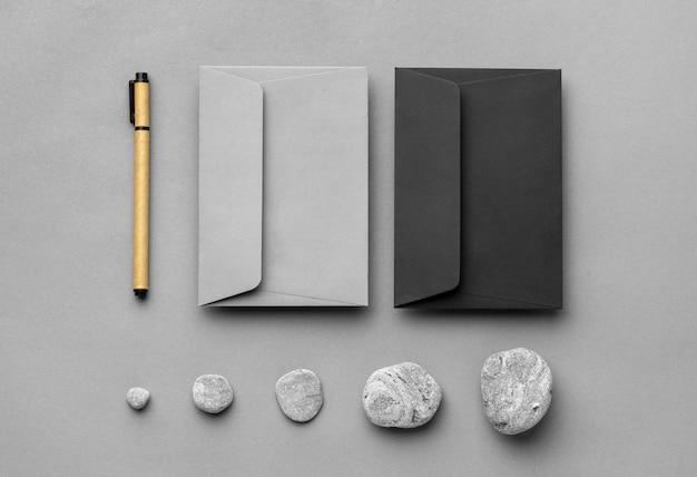 Disposizione con elementi di cancelleria su sfondo grigio