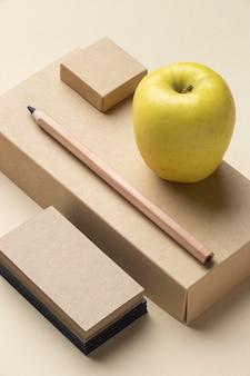 베이지 색에 편지지 요소 배치