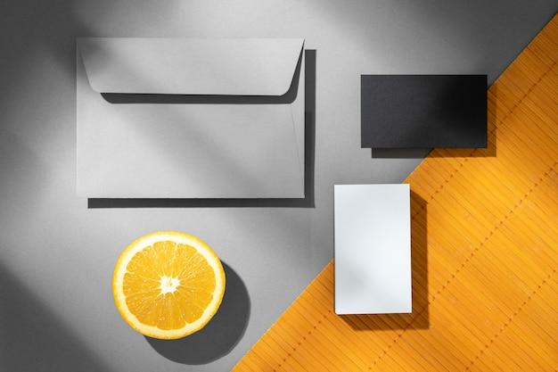 Disposizione con elementi di cancelleria sull'arancio