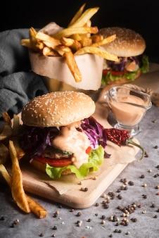 Композиция с вкусным гамбургером и картофелем фри