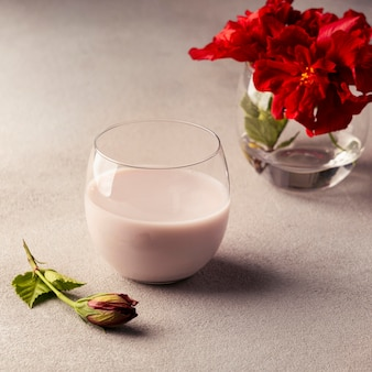 お茶とハイビスカスの花のアレンジメント
