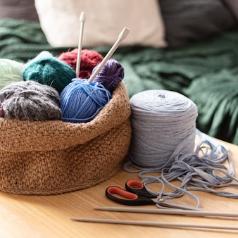 Arrangement with thread for crocheting