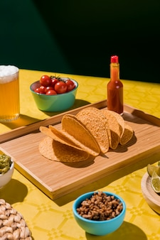 Arrangement with tortilla and sauce