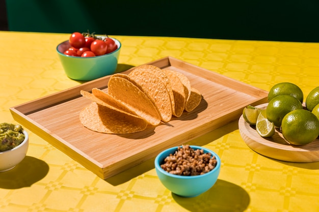 Arrangement with tortillas on tray