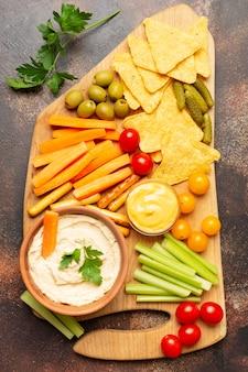 Композиция с овощами и чипсами