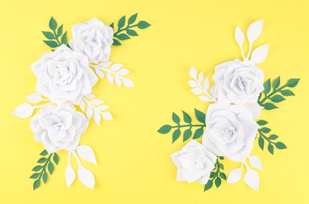 白い花と黄色の背景の配置