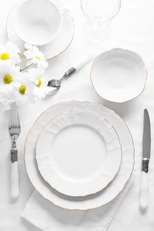 Arrangement with white plates