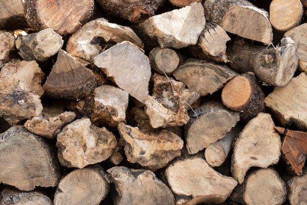 Arrangement with wood pieces