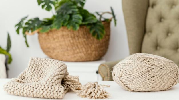 Disposizione con filato e articolo a maglia