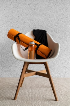 Композиция с ковриком для йоги на стуле