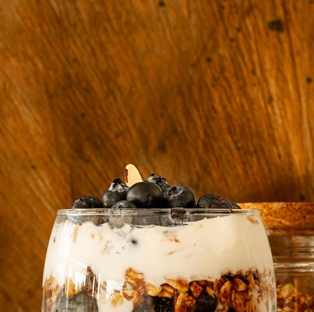Disposizione con bicchiere di yogurt e copia-spazio
