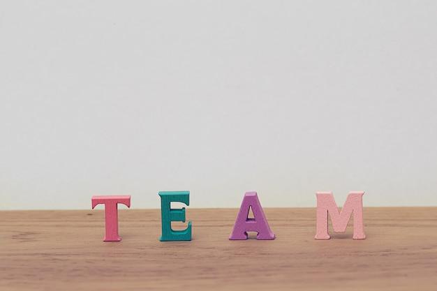 Расположение деревянных букв слова команды на столе