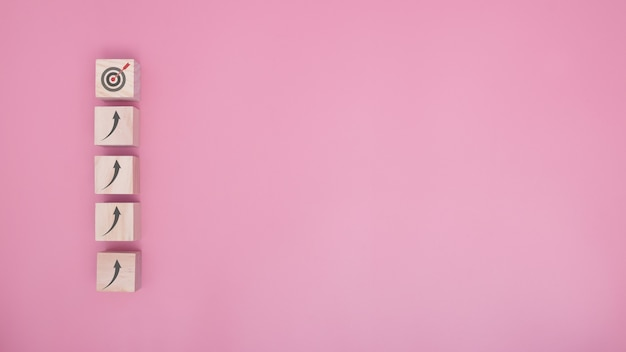 비즈니스 개념 성장 성공 프로세스인 분홍색 배경의 대상으로 가는 계단으로 나무 블록 쌓기를 배열합니다. 복사 공간입니다.