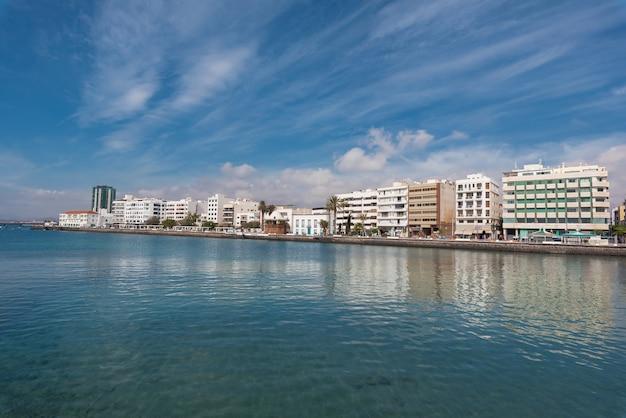 Арресифе, столица горизонта в лансароте, канарские острова, испания.