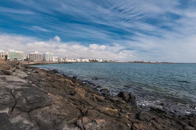Берег арресифе и горизонт в лансароте, канарские острова, испания.