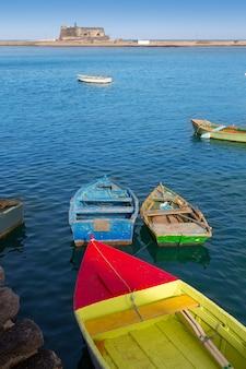 Арресифе лансароте лодки в гавани на канарских островах