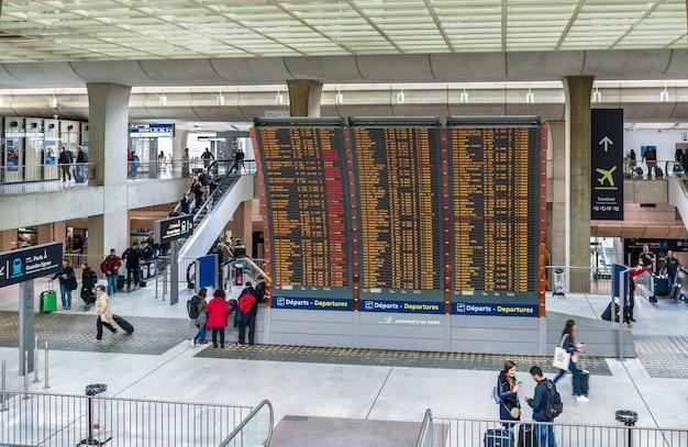 도착 및 출발은 샤를 드골 공항에서 탑승합니다. cdg는 유럽에서 두 번째로 분주 한 공항입니다.