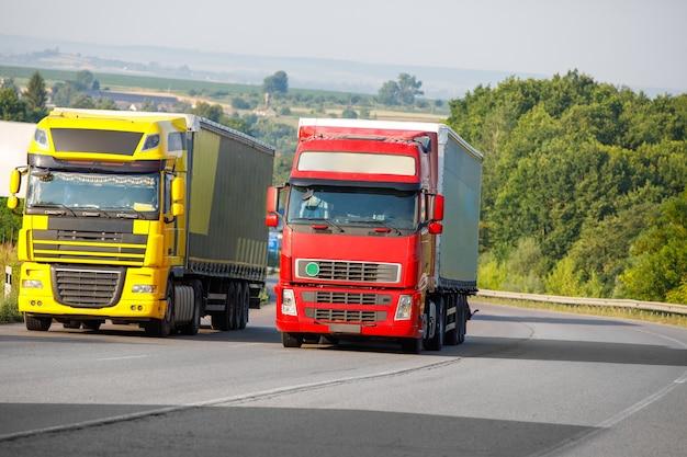 Прибытие грузовика на дороге в сельский пейзаж на закате