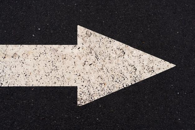 右の長い空のまっすぐな道を指す矢印記号