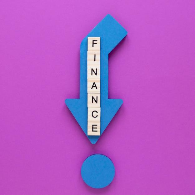 テーブルの財務レポートを持つ矢印