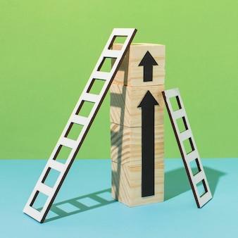 はしごと木製の立方体の矢印