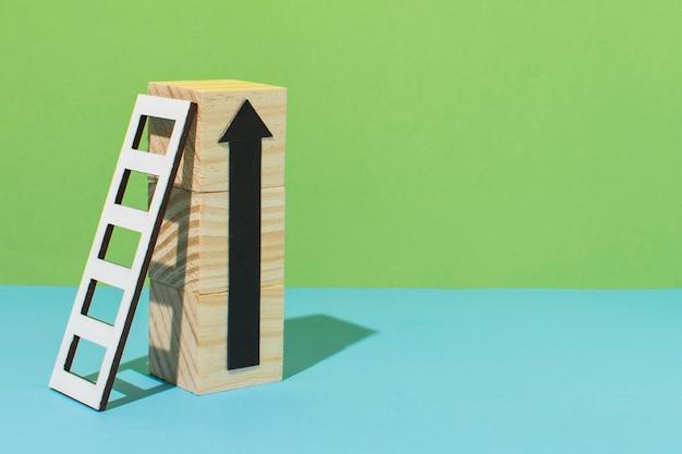 Freccia con scala e copia spazio