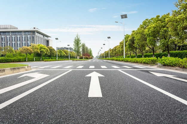 Frecce indicazioni su asfalto