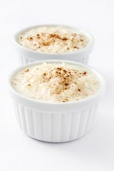 Arroz con lecheライスプディング、白で隔離されるシナモン