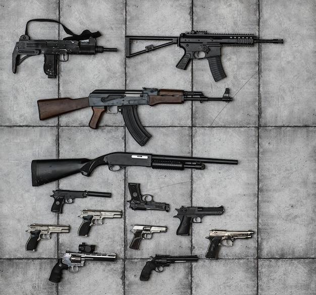 銃とグリップの銃器の武器コレクションのクローズアップの兵器庫