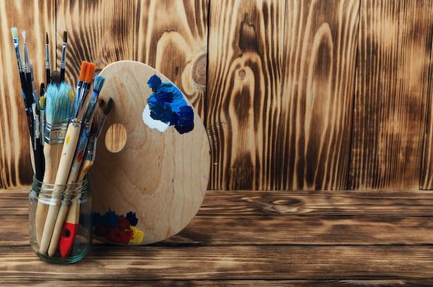 예술과 공예 도구. 어린이 창의력을위한 아이템 아크릴 페인트 및 브러쉬