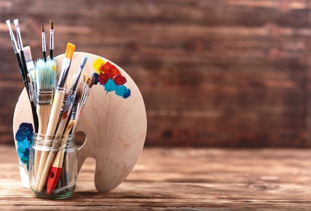 アートとクラフトツール。子どもたちの創造力のためのアイテム。アクリル絵の具とブラシ