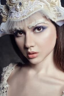 아트 뷰티 소녀 초상화, 속눈썹 및 메이크업입니다. 순수한 피부, 피부 관리 및 속눈썹. 러시아 국가 드레스와 티아라를 입은 여자. 얼굴에 패션 메이크업