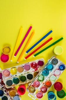 Художественные кисти и краски акварели для художника и творчество в школе