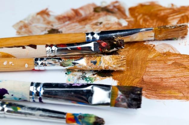 絵を描いた後、さまざまな色の絵の具で塗られたアートブラシ