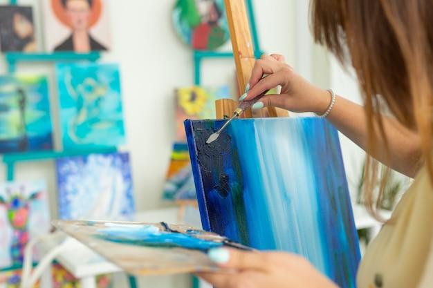 미술 수업과 드로잉 개념-여자 아티스트가 스튜디오에서 페인팅 작업, 클로즈업