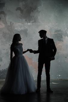 Художественная фотография студии моды свадебной пары силуэт жениха и невесты на фоне цветов. искусство свадебного стиля.
