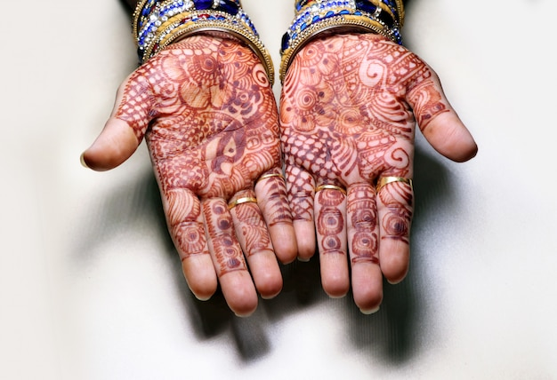 一時的な刺青のデザインとも呼ばれるヘナの植物を使用した女の子の手のアート、style.itはインドの伝統です。