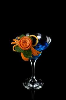 オレンジ色の果物の彫刻の芸術。飲み物の柑橘系の付け合わせのデザインの作り方。