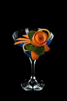오렌지 과일 조각의 예술. 감귤류를 만드는 방법은 음료를 위해 디자인을 장식합니다.