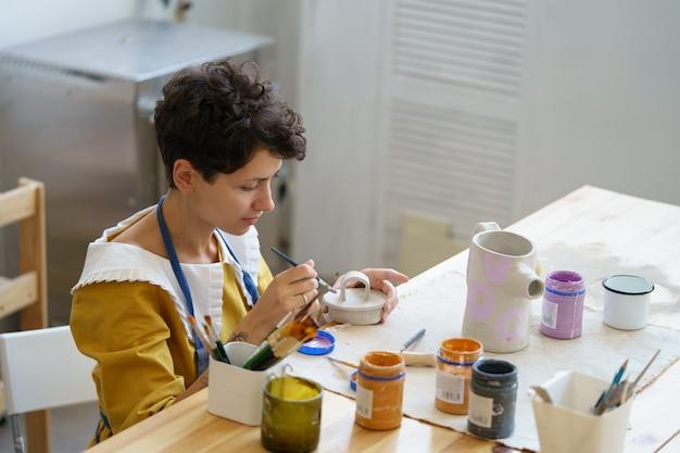 미술직 젊은 여성은 퇴근 후 도자기를 공부하여 도자기 공방으로 중소기업을 시작합니다.