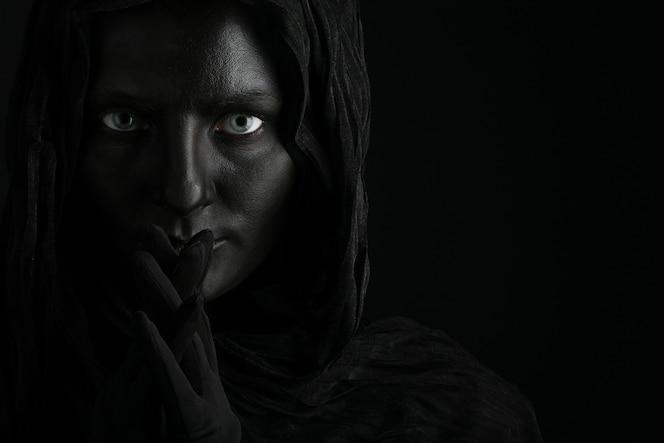 검은 얼굴을 가진 아름다운 여자의 예술 사진