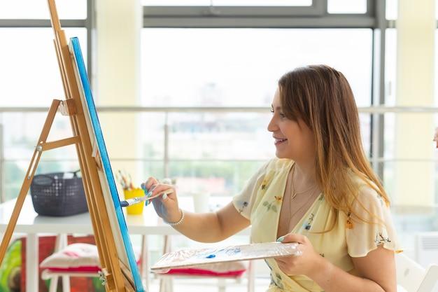 미술 학교, 창의력과 레저 개념-학생 소녀 또는 이젤, 팔레트가있는 젊은 여성 아티스트