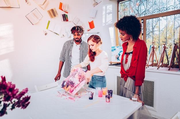 미술 학생. 대리석 페인팅에서 마스터 클래스를주는 베이지 색 셔츠를 입고 젊은 미술 학생