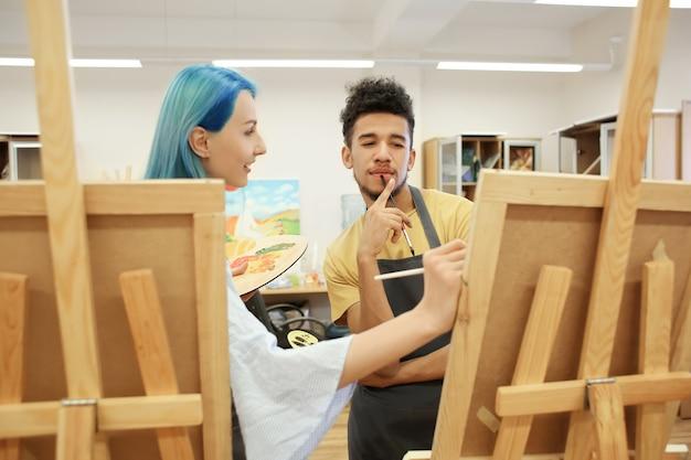 ワークショップで絵を描く美術学生たち