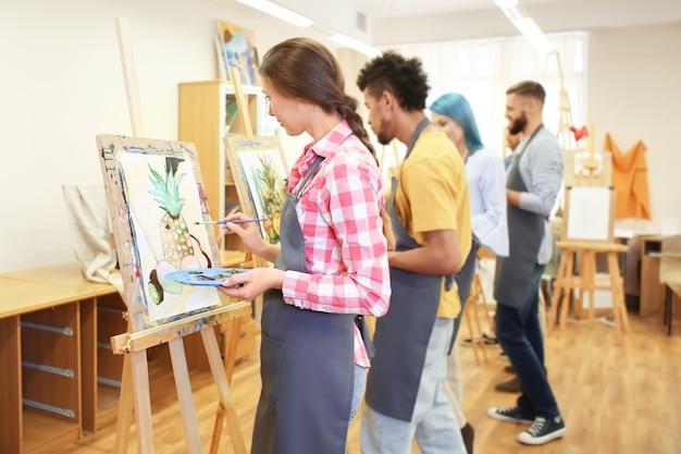 ワークショップで絵を描く芸術学生