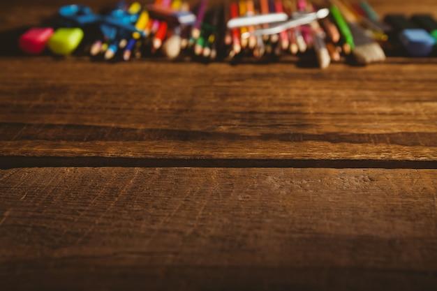 Художественные принадлежности на столе с копией пространства