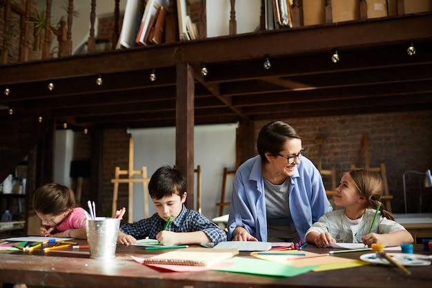 子供のグループと美術教師
