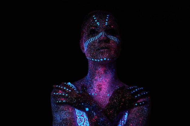 紫外線でアートウーマンコスモス。全身が色のついた水滴で覆われている